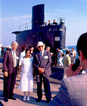 """5 септември 1990 г. Участниците в Международния семинар по мерките за укрепване на доверието в морската среда, който се проведе у нас под патронажа на ООН, се снимат за спомен пред вече ликвидираната българска подводница """"Слава""""."""