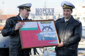 """От името на екипажа на """"Смели"""" капитан ІІ ранг Петко Якимов връчи на своя предшественик традиционния сувенир с командирския флаг."""