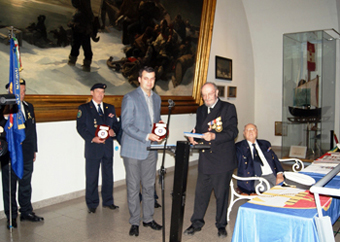 Полковник Карл Скриванек връчва почетния знак на СПРБ.