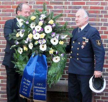 Момент от церемонията по полагане на венци пред мемориала.