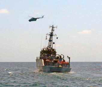 Базов тралчик проект 257ДМЕ си взаимодейства с вертолет Ми-14ПЛ при изпълнение на задача в открито море. Сега - няма го вертолетът, няма го и тралчикът. Но има нови вертолети и (не чак толкова нови) противоминни кораби. Снимката е от архива на Щаба на ВМС.